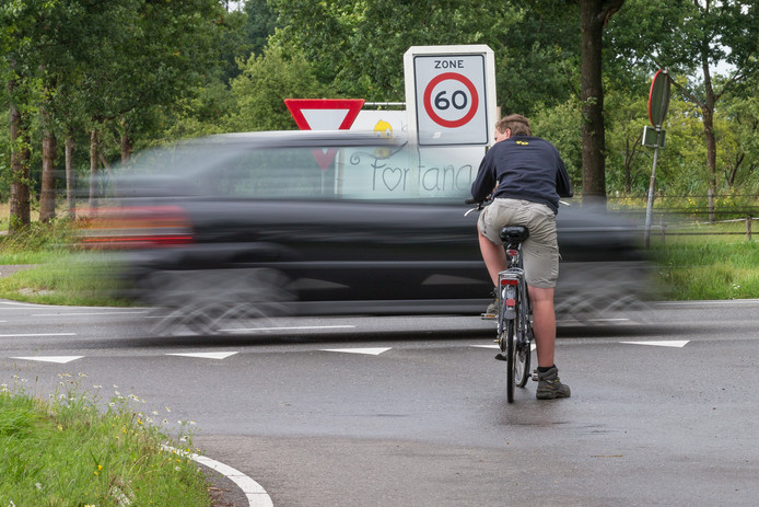 Ook voor fietsers is de N35 oversteken vanaf de Hagenweg een dagelijks drama. Gisteren toonden bewonersgroepen dat wederom.