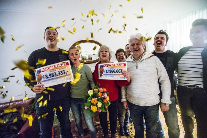 Winnaars van de Postcode Loterij Tjeerd en Marianne en Sonja en Romke met familie met de cheque.
