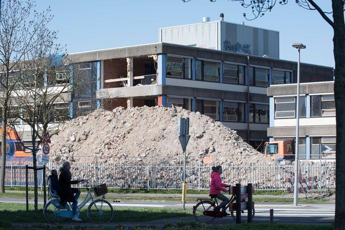Aan de Heiligestraat krijgt het Lingecollege een facelift. Voor de verbouwing wordt nu eerst flink gesloopt.