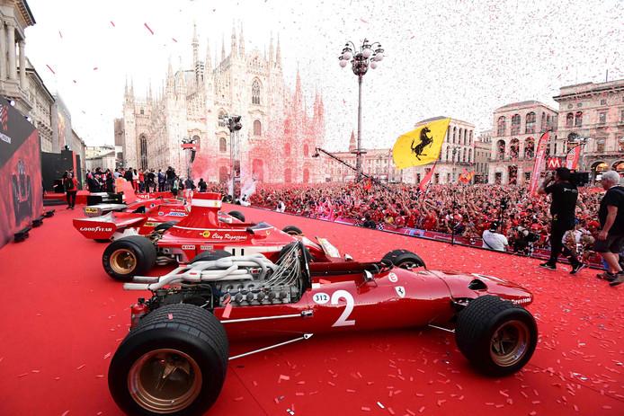 Het Piazza del Duomo in Milaan was donderdag volledig roodgekleurd met fans en oude Ferrari's uit de Formule 1.