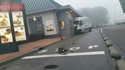 Het busje tegen de zijgevel van Kentucky Fried Chicken in Veenendaal.