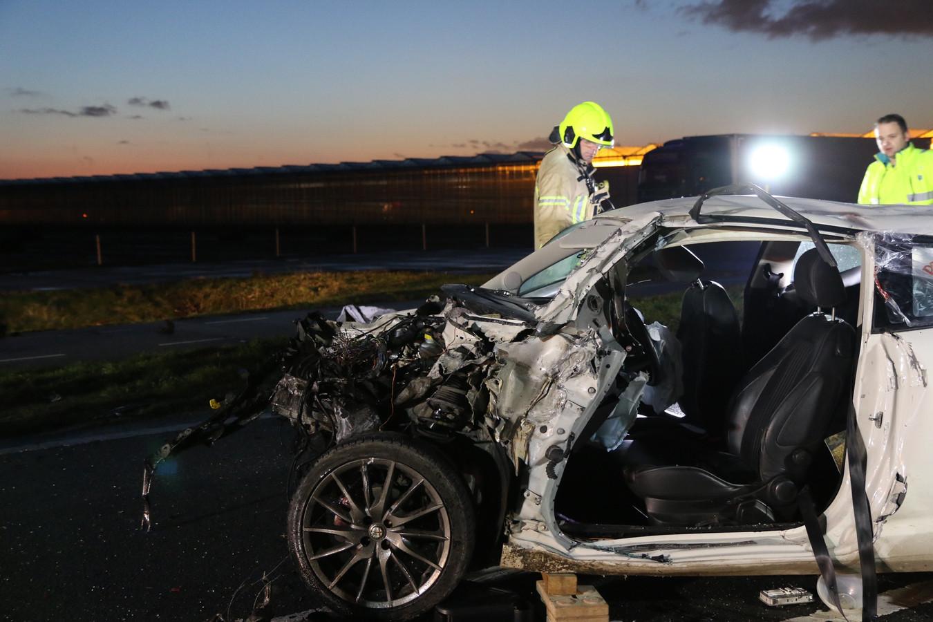 De auto van de bestuurster is total-loss.