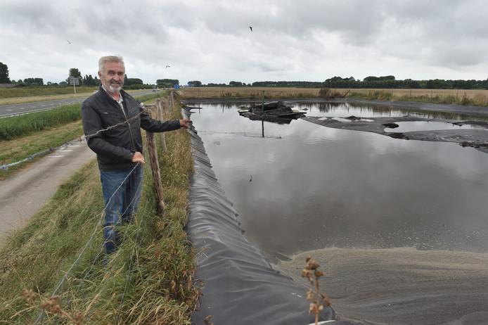 Wim Bartels bij de mestput aan de A58