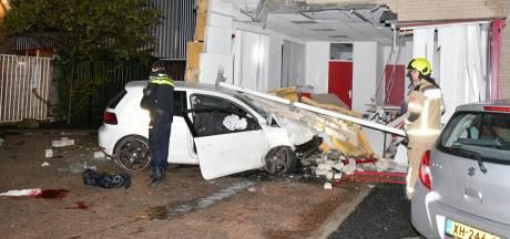 Auto rijdt gezondheidscentrum binnen: meerdere gewonden en grote ravage