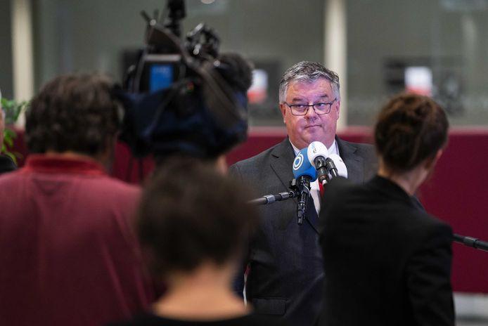 Hubert Bruls als voorzitter van het Veiligheidsberaad, omringd door landelijke pers na en coronaberaad.
