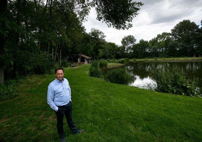 Wilbert van Beek, voorzitter van hengelsportvereniging Ons Vermaak, bij één van de twee visvijvers die steeds bijna droog komen te vallen.