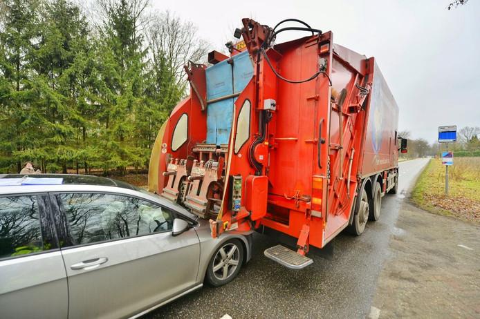 Auto rijdt achter op vuilniswagen in Bladel