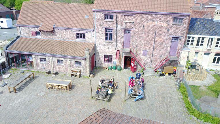 Op de site van de oude brouwerij Sint-Joris in Reningelst organiseert De Kinderbrouwerij een workshop voor kinderen.