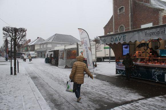 De wekelijkse dinsdagmarkt in Tremelo liep leeg door de sneeuw.