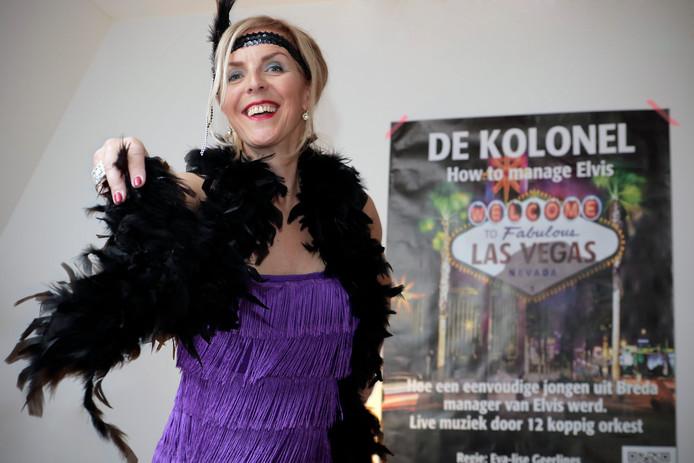 Anita Walraven toont in haar woonkamer, met Kolonel-poster aan de wand, haar theaterkostuum.