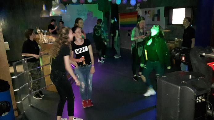 Enkele tientallen jongeren (tussen de 16 en 26) vermaakten zich tijdens het eerste Rainbow@theGAYTE-feest in De Poort in Den Bosch.