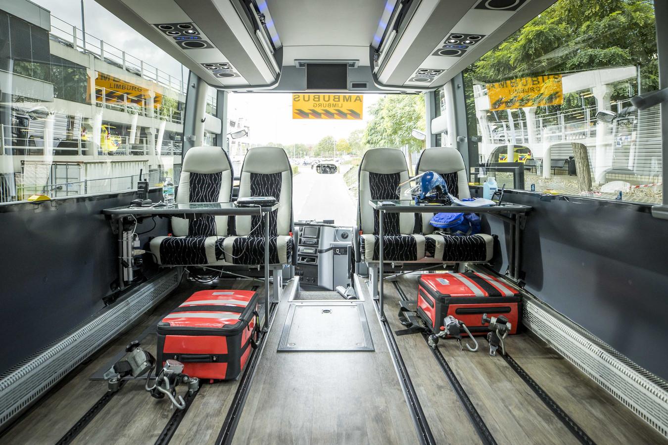 Het interieur van de tweede ambulancebus: een omgebouwde touringcar. Het Regionaal Overleg Acute Zorg (ROAZ) in Limburg wil hem de komende tijd vaker gaan inzetten om meerdere patiënten tegelijk over te plaatsen.