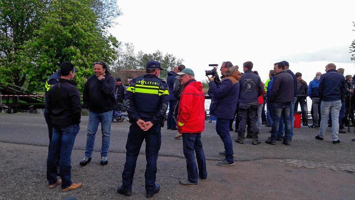 Politie houdt oogje in het zeil en praat met Erik Boer (midden) van Giethoorn Onderneemt.