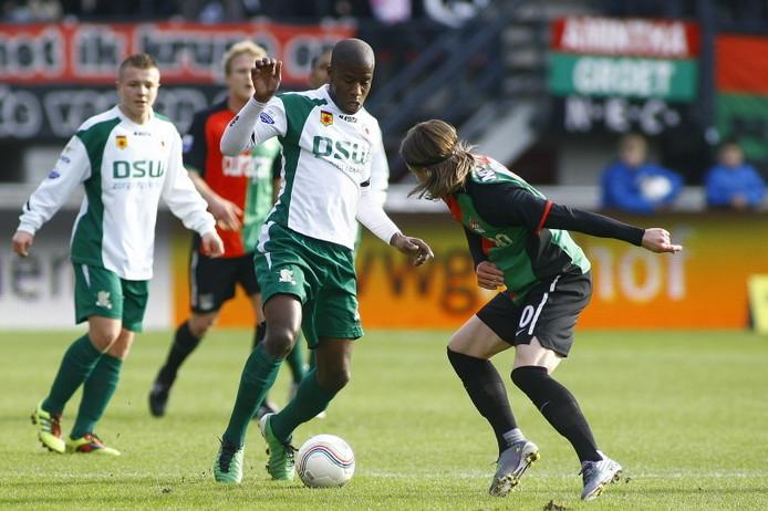 Guyon Fernandez (aan de bal) en Jordy Clasie (achtergrond) spelen volgend jaar in het Feyenoord-shirt. FOTO PRO SHOTS