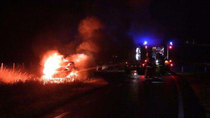 De auto stond in lichterlaaie bij aankomst van de brandweer in Zeddam.