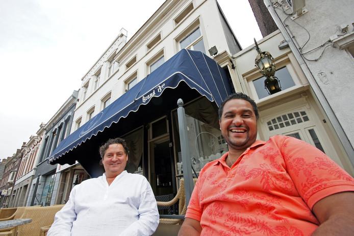 Floor Bleijenberg (links) en Haroun Hijman voor Café De Drie Weesgegroetjes. Foto archief BN DeStem