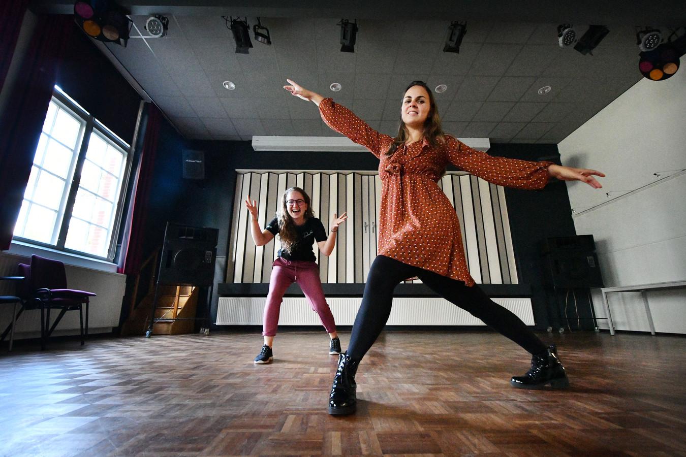 Amber Hofstede (links) en Lidy Hungerink geven danslessen.