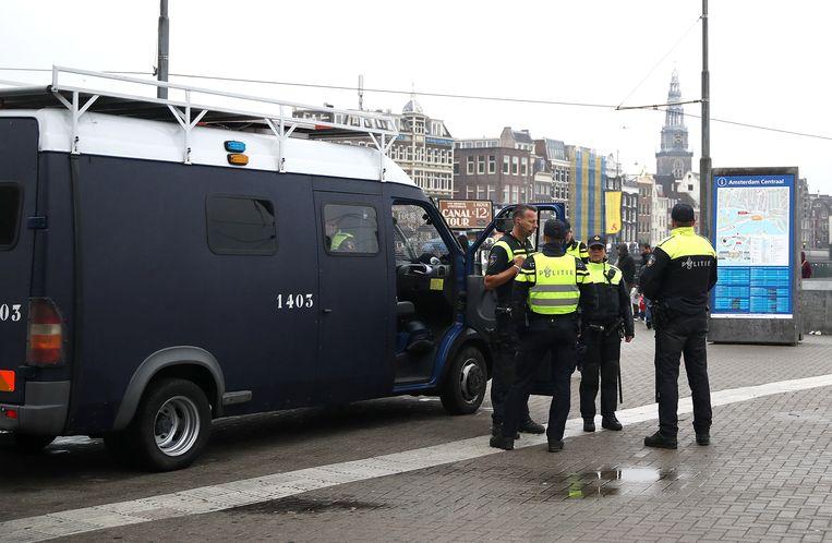 Politieagenten bij het Centraal Station in Amsterdam Beeld BSR Agency
