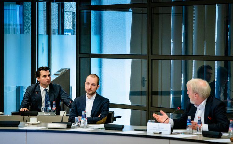 RIVM-baas Jaap van Dissel (rechts) spreekt Thierry Baudet (links) toe tijdens een hoorzitting over het coronavirus. Baudet is kritisch op het Nederlandse coronabeleid. Beeld ANP