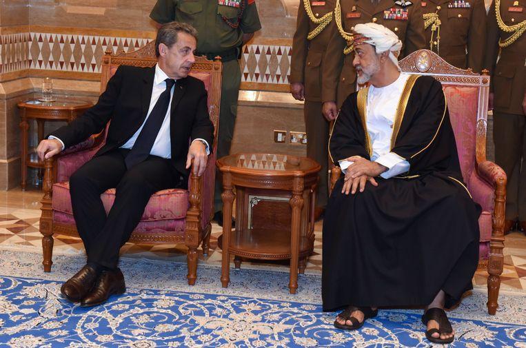 De Franse president Nicholas Sarkozy bij de nieuwe heerser van Oman.