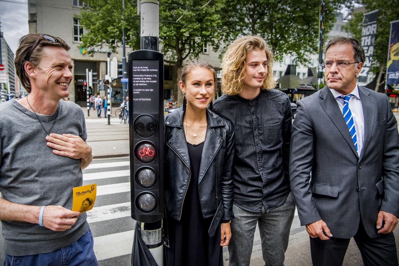 De vader van Tommy-Boy, Michael Kulkens (L) en wethouder Mobiliteit Pex Langenberg (R). Tussen hen in staan Tom Sibma en Carlijn Bijlsma, de bedenkers van het verkeerslicht.
