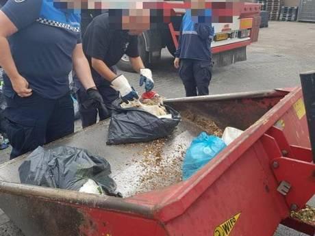 Controleurs speuren in afvalzakken naar adressen van Harderwijkse bedrijven