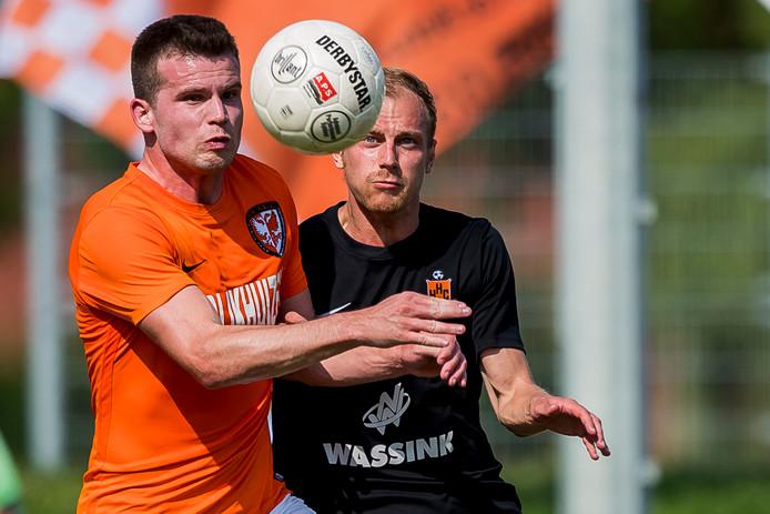 Centrale verdediger Migiel Zeller (links) ontbreekt bij TEC in het  duel met GVVV.