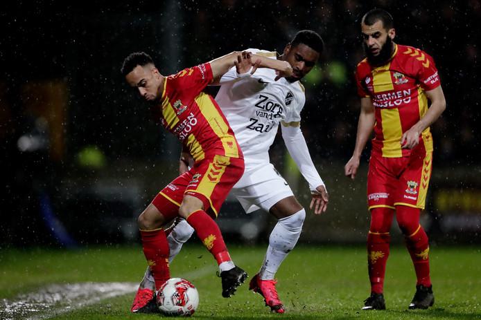 Elso Brito van Go Ahead Eagles in duel met Gyrano Kerk van FC Utrecht.