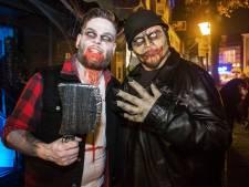 Satanische clowns en duivelse griezels domineren Almelose binnenstad tijdens Halloween koopavond
