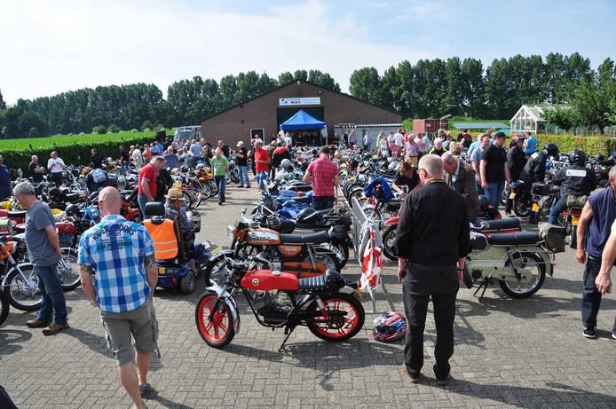 De Waspikse Zündapp Club Eén Trapke organiseerde voor de derde keer een toertocht voor bromfietsen van 25 jaar en ouder.