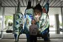 Kunstenaar Joeseph van Asten voor een glazen kunstwerk van wijlen Joop van den Broek.