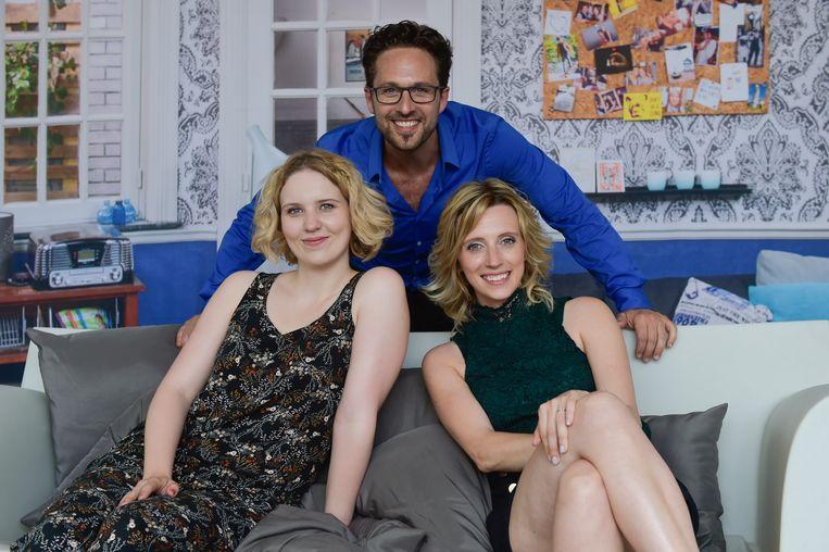 """Christophe met Ditte Jaspers en Tine Priem. In 'Thuis' heeft Christophe een relatie met het personage van Tine. """"Op tv moet ik andere vrouwen kussen, dat hoort erbij"""", vertelt hij."""