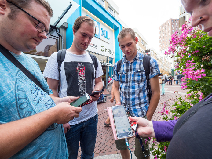 Vorig jaar: Pokémon-jagers uit alle windhoeken zijn in Zoetermeer neergestreken. Op de foto Benjamin Sam en Dave uit Tilburg en Karina (49) uit Dordrecht.