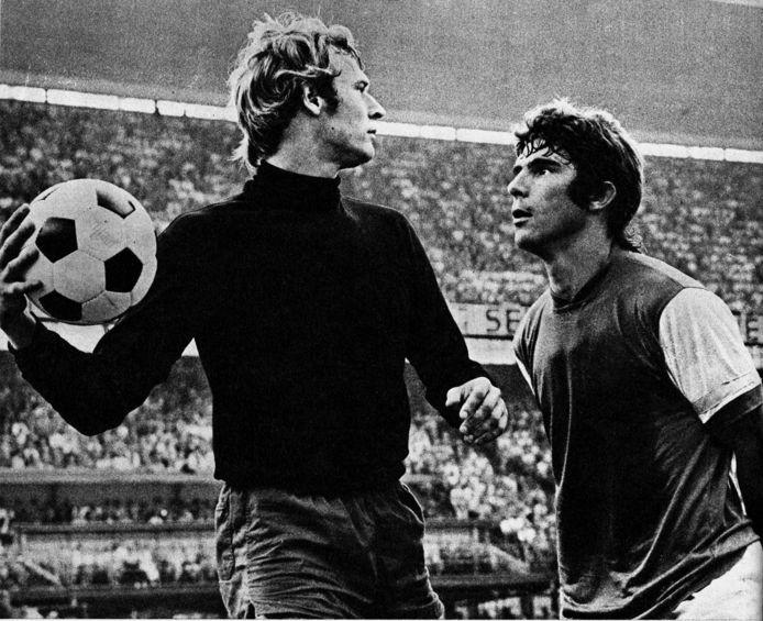 1971, Feyenoord  PSV: Jan van Beveren oog in oog met Willem van Hanegem.