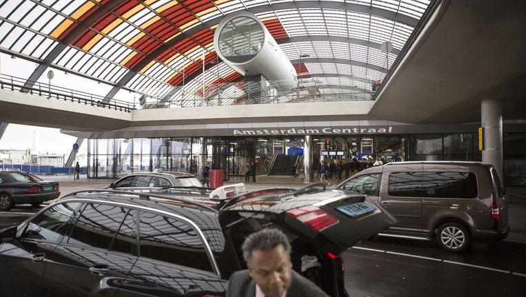 Bij de nieuwe taxistandplaats aan de noordkant van Amsterdam Centraal Station. Beeld Julius Schrank