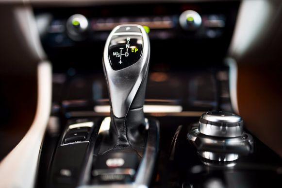Een auto met automatische versnellingsbak bij 100 km/u in achteruit zetten is niet slim, zo blijkt.