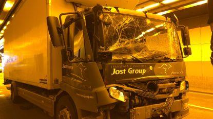 """Ongeval met vier vrachtwagens in Kennedytunnel richting Gent: """"Blijf uit de buurt!"""""""