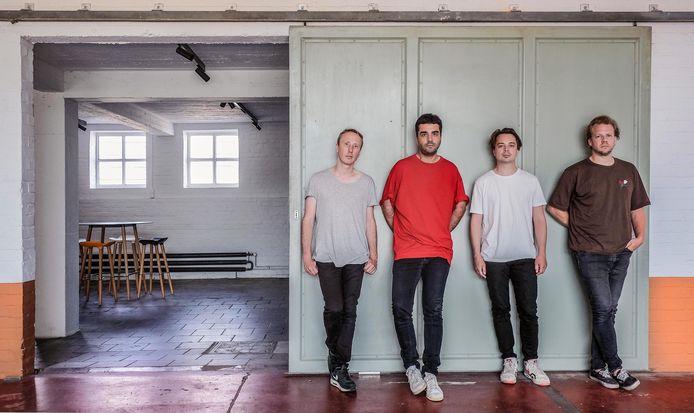 Een jaar geleden is het intussen dat de vier muzikanten achter Goose hun intrek namen in een pand in de Kortrijkse Magdalenastraat, vlak bij Kortrijk Weide.  En ze plannen er te blijven.