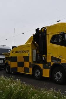Lange files op snelwegen rond Arnhem en Nijmegen na ongevallen en gestrande vrachtwagen