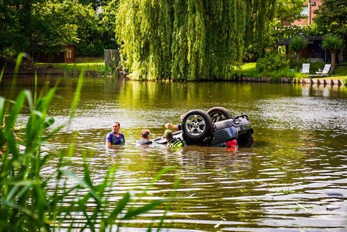 Auto te water in Nuenen.