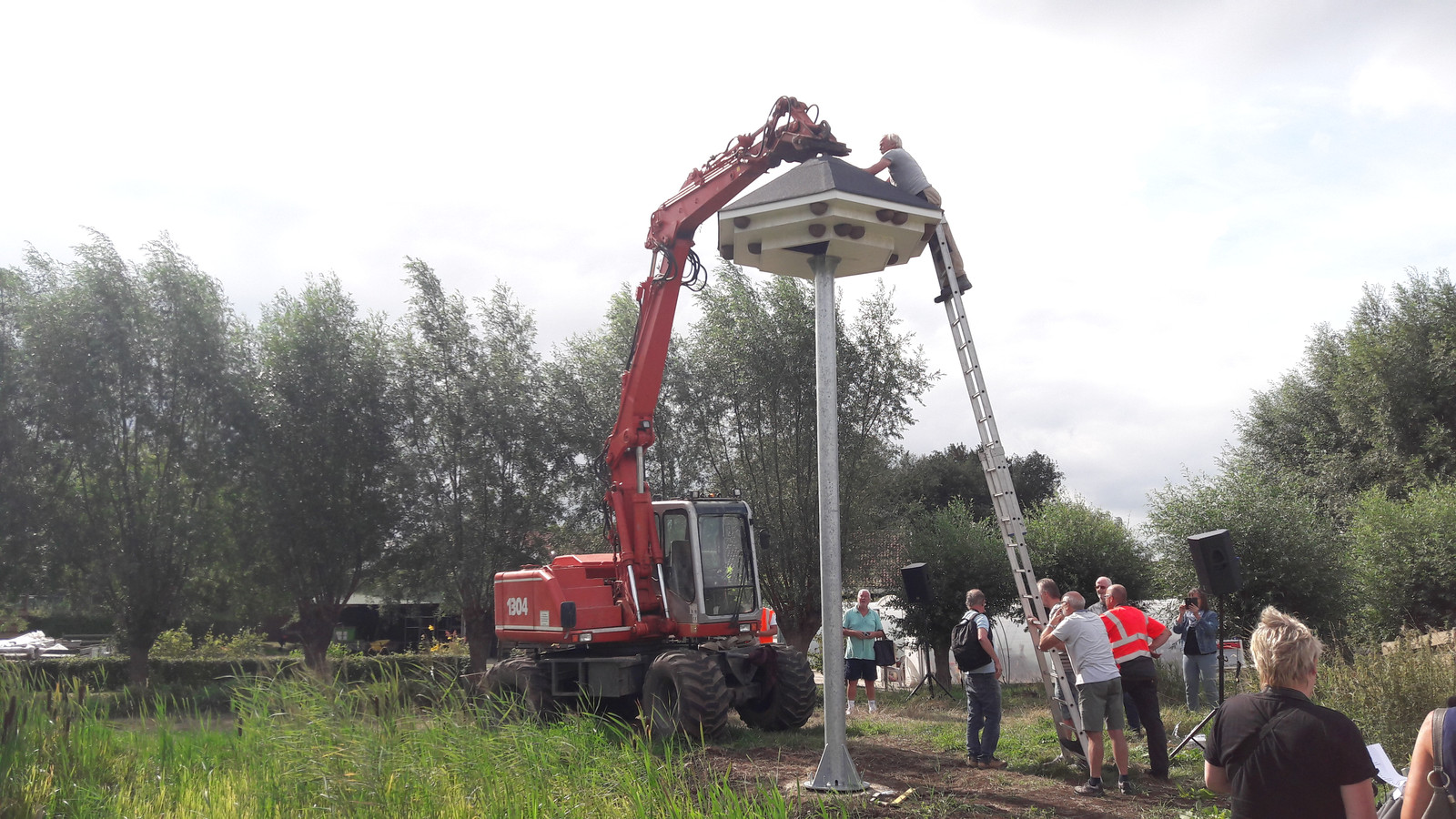 Aan de Eikenlaan in Sleeuwijk wordt de laatste hand gelegd aan de huisszwaluwentil, die moet helpen tegen muggenoverlast.