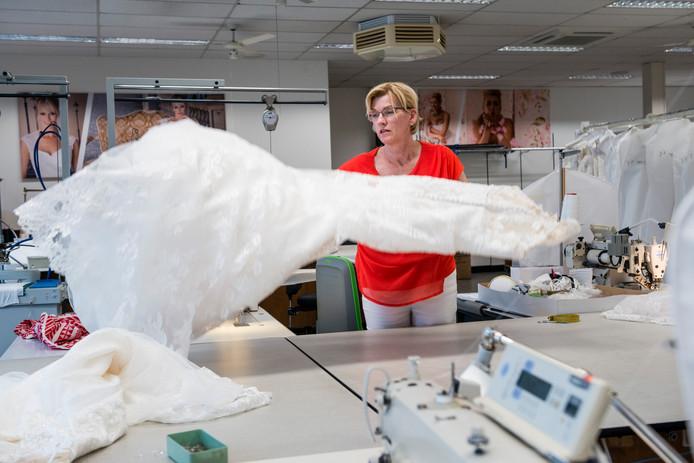 Nieuw Enterse Angela ontwerpt al 40 jaar bruidskleding: 'Kate's jurk BQ-71
