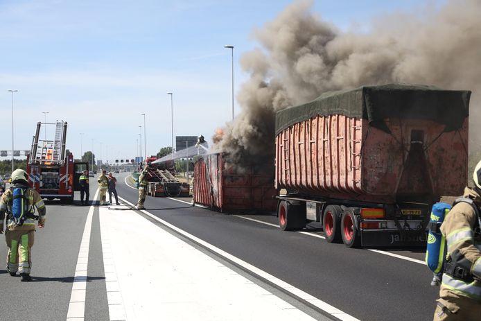 De brandende container werd losgekoppeld van de vrachtwagen.