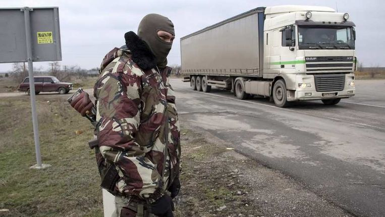 Een Oekraïense militair bij de grens van de Krim. Beeld reuters