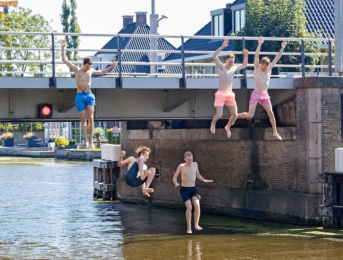De Zwammerdamse Brug, in de zomer populair bij brugspringers, is in oktober de hele maand dicht voor verkeer.