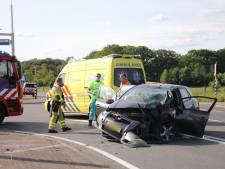 Automobilist gewond na botsing tegen paal in Apeldoorn: flinke schade aan voertuig