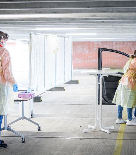 Zorgmedewerkers getest op corona in Enschedese parkeergarage: 'Ze weten wat hen te wachten staat'