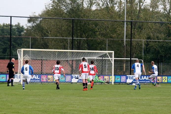 Remco Pannekoek benut in de 8e minuut een strafschop voor Vaassen. Foto: Jos Mulder