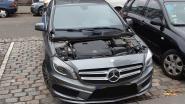 Dieven nemen alleen de motorkap mee van luxe Mercedes