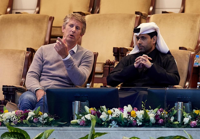 Edwin van der Sar als netwerker bij het tennistoernooi van Doha met toernooibaas en PSG-eigenaar Nasser Al-Khelaïfi. Beeld Getty Images